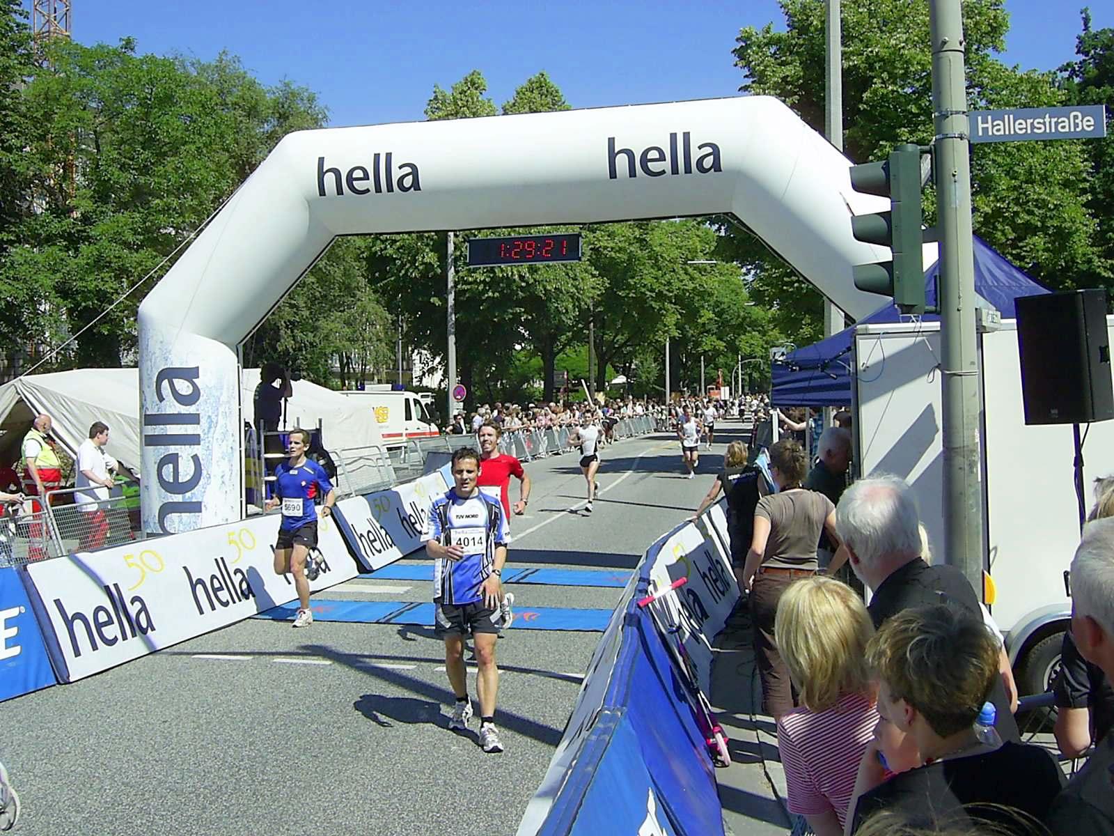 16. hella Halbmarathon 2010: Zieleinlauf Dirk BIETKE, 102., Holger SPARDEL, 103., Dennis LAßEN, 104., Henrik BERTELSEN, 105.